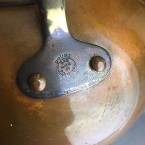 Super smuk antik håndlavet tekande designet af:              Douro         B&M Made in Portugal  Kanden er designet i en utrolig rund, blød og smukke form og er som ny i den indre kande og smukt patineret i det ydre.  Kanden har messing håndtag beklædt med træ, både i selve håndtaget og knoppen på låget.  Ydermere findes der et diskret lille hul i låget til udslip af varme dampe.  Kan pudses til en skinnende kobber-tekande.