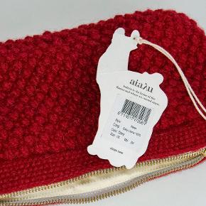 """Fin og helt ubrugt Helen clutch fra Aiayu. Den er smult mørkerød, farven hedder vist """"cherry"""".      Måler ca. 14 x 25 cm. #30dayssellout"""