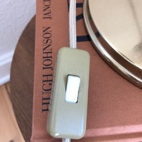 Super fin Gubi BL1 bordlampe i messing til salg. Ingen skrammer eller slidtage, udover On-off knappen er misfarvet.  Kvitteringen haves ikke længere.  Pære medfølges Designer: Robert Dudley Best