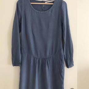 Varetype: Smuk kjole Farve: Blå Oprindelig købspris: 1500 kr.  Smuk kjole i 100% bomuld. Foer 70% bomuld og 30% silke.