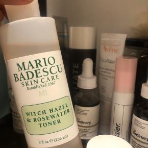 Witch hazel & rosewater toner fra Mario Badescu. Købt i magasin omkring december. Fyldte noget over i en anden flaske og brugte på en ferie i februar. Ellers fuldstændigt ubrugt. Sælges da jeg bruger en anden, som jeg er meget glad for ☁️