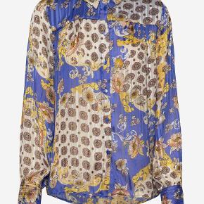 Blåmønstret Lollys Landry skjorte fra denne sæson sælges. Den er str xs, 100% viskose, vask ved 30grader. Den er kun brugt få gange.