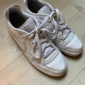 Hvide Nike sneaks med perlemor effekt. Brugt en enkelt gang. Kan sendes med DAO eller afhentes i NV. :-)