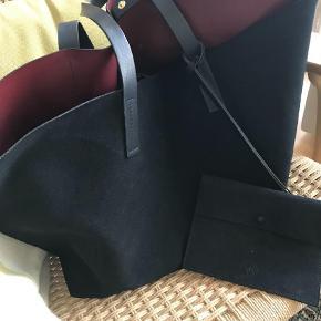 Varetype: Skuldertaske Størrelse: Højde 34 cm. Bredde 57 cm.  Farve: Sort Oprindelig købspris: 3900 kr.  Lækker  taske i sort ruskind og mørkerød skind inden i. Der er en lille taske vedhængt. Sælges billigt.