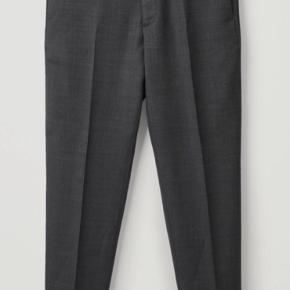 Sælger disse vanvittig fede, og helt ubrugte bukser/habitbukser. Da de var et fejlkøb - for små.  Størrelsen er 48, og fitter en normal 30-31 i jeans.   Normalpris 750