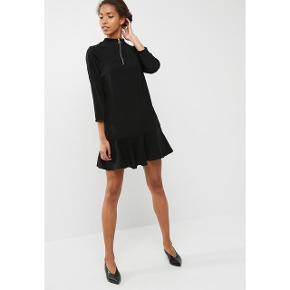 Flot sort kjole med sporty zipper detalje. Kjolen har aldrig været brugt.