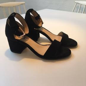 Dune LONDON sandal i sort ruskind str. 37. Hælhøjde: 6 cm. Normal i størrelsen. Er brugt en enkelt gang og fremstår som nye.
