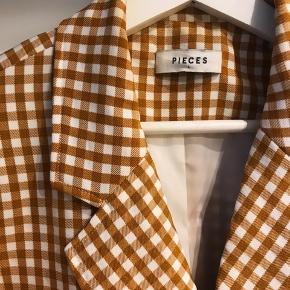 Fin blazer jakke - sælges da jeg ikke får den brugt ☺️ Den ene knap sidder lidt løst.