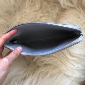 Fin lille clutch/sleeve til iPad mini fra Marc by Marc Jacobs sælges. Har som nævnt flere anvendelsesmuligheder, og kan peppe ethvert hverdagsoutfit op med sine ekslusive stjerner. Helt som nyt. Køber betaler fragt, hvis varen skal sendes.