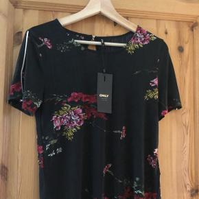 Min datter sælger denne fine bluse hun fik i fødselsdagsgave, men har fundet ud af at hun ikke får den brugt.