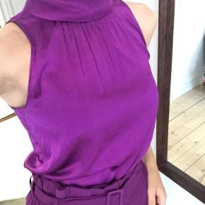 Smukt lilla sæt! Blusen er i silke og bukserne i viskose. Lækreste og bløde materialer 🌸🌹