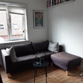 Sofa med tilhørende puf fra IKEA KARLSTAD + puder. Godt brugt, hvilket ses på betrækket. Derudover fejler tingene intet. Puffen har jeg selv indfarvet og den er derfor ikke helt samme farve som sofaen. Det er muligt at købe nyt betræk til begge dele. Sofaen måler 2 m i længden.