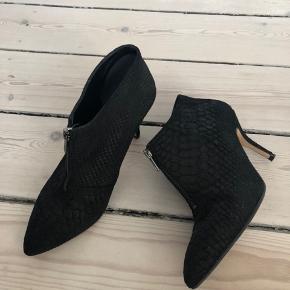 Støvletter med lynlås - hælhøjde 8 cm.  Sender gerne - køber betaler fragt.