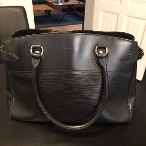 """Louis Vuitton Epi Passy læder taske med sølvhardware.  Mål: b: ca 40 cm, h: ca 27 cm - det passer med at der kan være en 13,3"""" computer i.  Tasken har nogle brugsspor, men det er mest tydeligt i skarp lys.  Jeg købte selv tasken brugt tilbage i august for 4500 kr, men jeg har aldrig selv fået den brugt.  Jeg har desværre ikke nogen kvittering, men jeg kan fremvise beskeder fra sælger, som har en fysisk preloved vintage butik København."""