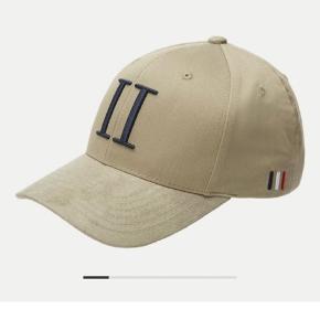 Le Deux Cap sælges i meget fin stand. Har ruskind look (suede) Nypris 300kr, BYD gerne  Kan hentes i Næstved eller køber betaler fragt.