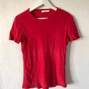 Sælger denne tshirt fra Samsøe Samsøe i en størrelse S.  Den har været brugt få gange og fremstår som ny. Sælges for 45,-  Købes flere annoncer sammen kan der arrangeres mængderabat:))