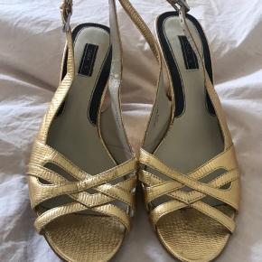 Fine guld sandaler med mellemhøj hæl.   Se også mine andre annoncer.
