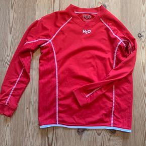 Sælger den her røde H2O team sportswear trøje. Brugt nogle gange men har ikke umildbart tegn på slid ud over mærket på billed to er blevet mere utydeligt:)
