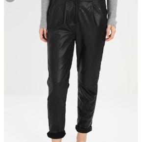Sorte læder bukser, sådan lidt loose fit. Passer en str 42. Aldrig brugt, prisskilt dog klippet af. Elastik i bukselinned. Lukkes med to knapper og lynlås. Foret. Bløde.   Bytter ikke