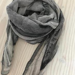 Brand: Mala Alisha Varetype: Lækkert Mat Silke tørklæde Størrelse: 140 x 140 cm Farve: Sort og grå Oprindelig købspris: 1800kr.  Lækkert tørklæde i 100% silke fra eksklusive Mala Alisha