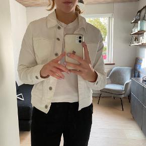 Denim jakke som er i god stand.  Kan passes af en small/medium.
