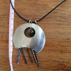 Fint smykke i noget metal. Snor i noget gummi. Længde ca 42-47 cm