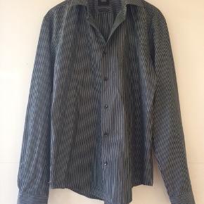 Flot skjorte stribet sort og hvid