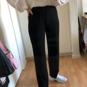 Bukser med lidt glimmer i stoffet  - billede med dem på kommer snart :)