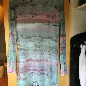 Blå/grøn/pink kjole fra Diesel. Stoffet er meget blødt og behageligt at have på.  Det er en lille L og passer sagtens en medium.