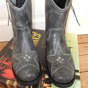 Varetype: Støvler Farve: se billed Oprindelig købspris: 1799 kr.  Super fine støvler fra Sancho boots i str 37 i farven New Vintage Pearl. Aldrig brugt. Ny pris 1799kr.  Kom med et bud
