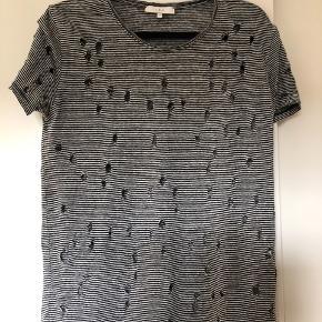 Lækker IRO t-shirt, den klassiske med huller. Sort/hvid stribet. Er brugt, men stadig i ganske god stand
