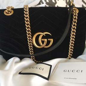 Sælger min Gucci GG marmont i velvet/velour i str. small med følgende mål: (L: 26 cm, H: 15 cm, D: 7 cm). Tasken er købt fra ny på Vestiaire Colletive, og er derfor uden brugstegn, og jeg har selv kun brugt den omkring 2-3 gange, og derfor fremstår den stadig som helt ny - derudover haves kvitteringen ikke, da den netop er købt på Vestiaire, men ægtehedscertifikat/bevis medfølger, samt dustbag. Byd gerne, og skriv endelig hvis i har nogle spørgsmål, ønsker flere billeder eller, at se tasken i virkeligheden ☺️
