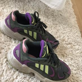 Sneakers fra Adidas købt for 1 år siden ca i size. De er brugt, men stadig i pæn stand