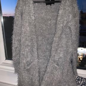 Meget blød designers remix cardigan/sweater i uld og alpaca. Går ca til midt på låret. 50 kr trækkes fra prisen hvis den hentes hos mig i Charlottenlund