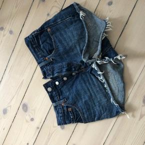 Levis shorts. Str. 27 (passer en 36-38). Blå, model 501. Brugt maks. 5 gange.