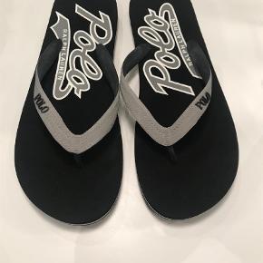 Varetype: Sandaler Farve: Grå Oprindelig købspris: 450 kr.  Sælger disse sandaler fra Ralph Laren i grå/sort og har aldrig været brugt :-)  Bytter ikke og handles der over TS, tillægges gebyr Kan sendes for 40 kr med DAO