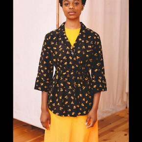 Smuk ganni beacon wrap shirt i silkemix. Lille i størrelsen.