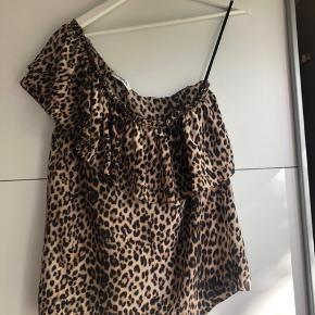 Vild smuk Gat Rimon one-shoulder skjorte i Leoppard-print. Den er brugt meget få ganhe og derfor i god stand.  Skjorten/toppen er en Taille 2 (svarer ca. til S/M).  Nypris: 1650 kr.