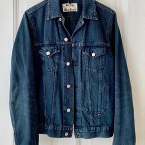"""Hey, sælger min Acne Jam Denim jakke i farven """"Overdye Navy"""".  Den har to lommer på fronten og en indvendig lomme, som er god til pung, telefon etc.  Den er ikke brugt super meget, så den fremstår umiddelbart uden brugsspor.  Nypris var 1950,- mener jeg  Pris: 700kr  Kan afhentes på Østerbro, hvor den også kan prøves - ellers sender jeg den gerne på købers regning. :)"""