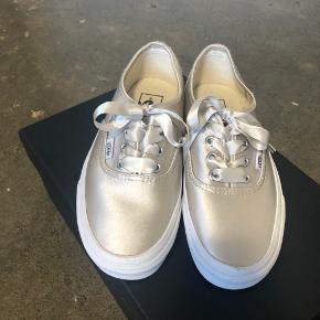 Helt nye og aldrig brugt. Bemærk at de er lidt store i størrelsen :)   Skriv evt. for flere billeder.   Tjek gerne mine andre annoncer ud, hvor jeg sælger mange andre sko.