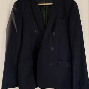 Str. 46 (passer en normal 48)  Uld  Dobbeltradet almindelig fin blazer