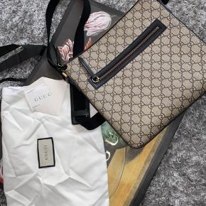 Jeg sælger hermed denne fine Messenger Bag.  Købt på Strøget i Gucci Kvittering, dustbag samt pose medfølger Det er en limiter edition, derfor kan den ikke fås længere. Den er derimod sjældent og ikke alle og enhver render rundt med den.  Den er i super fin stand. Vi kan mødes og handle i Rødovre Smid en besked for yderligere spørgsmål