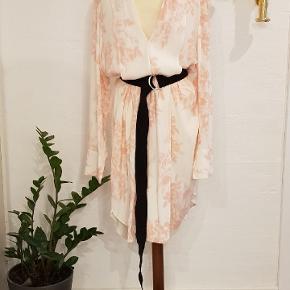 Flot kjole fra by Malene Birger. Str 44 Brugt en gang til konfirmation. Nypris 2500 kr Sælges for 700 kr
