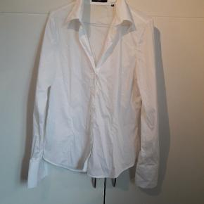 Sand skjorte. Brugt enkelt dag.