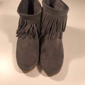 Sælger disse grå grå ruskind støvler med frynser og gummisåler fra SHOE THE BEAR :-) Har sat standen til ny, da jeg har haft dem på to gange ( se billede af såler :-)  Nypris 1200 kr