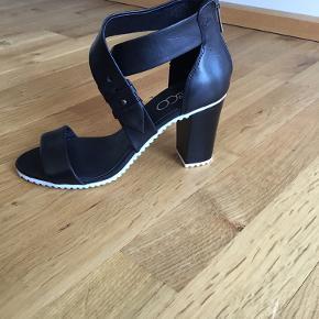 De har aldrig været brugt - ikke en eneste gang. Rigtig behagelige, men har alt for mange sko. Læder.  Aarhus eller Randers.