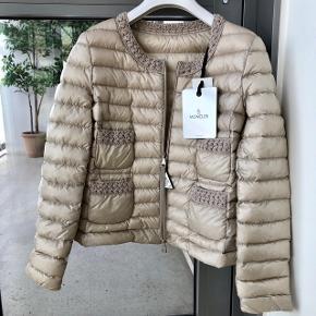 Smukkeste Moncler jakke sælges. Helt ny og stadig med prismærke, kvittering medfølger.  Modellen hedder Croissant.  Sælges på Farfetch for 5.700 kr.   Størrelse 0 - fitter xs og s