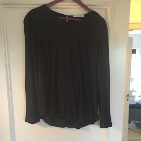 """Virkelig fin """"skjorte"""" fra Samsø Samsø i str. M, kan sagtens passes af en str. L. Den er brugt men fortsat fin og dog med en lille mangel, som ses på sidste billede."""