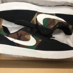 Dette er Nike SB Team Classic(camo). Skoene er nye og kun prøvet nogle få gange, da jeg ikke kan passe dem. Normal pris: 599 kr. Størrelse: 44 Kan komme med dem, hvis man ikke bor for langt væk, ellers kan de også sendes på køberens regning.