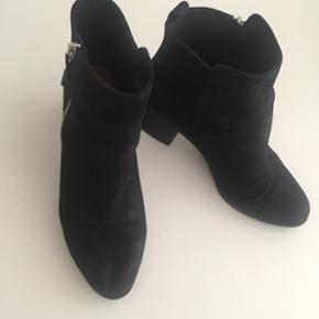 Fine støvler fra H&M str 39. Fin stand. Mp 75kr